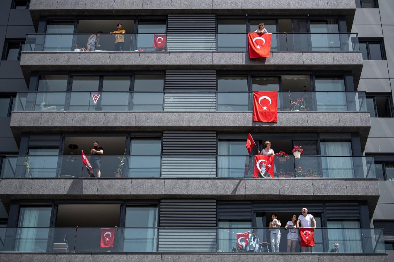 بازداشت یک ایرانی در ترکیه برای آویزان کردن حولهای با طرح پرچم بریتانیا!